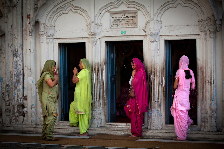 Sikh-Women-Pray-India